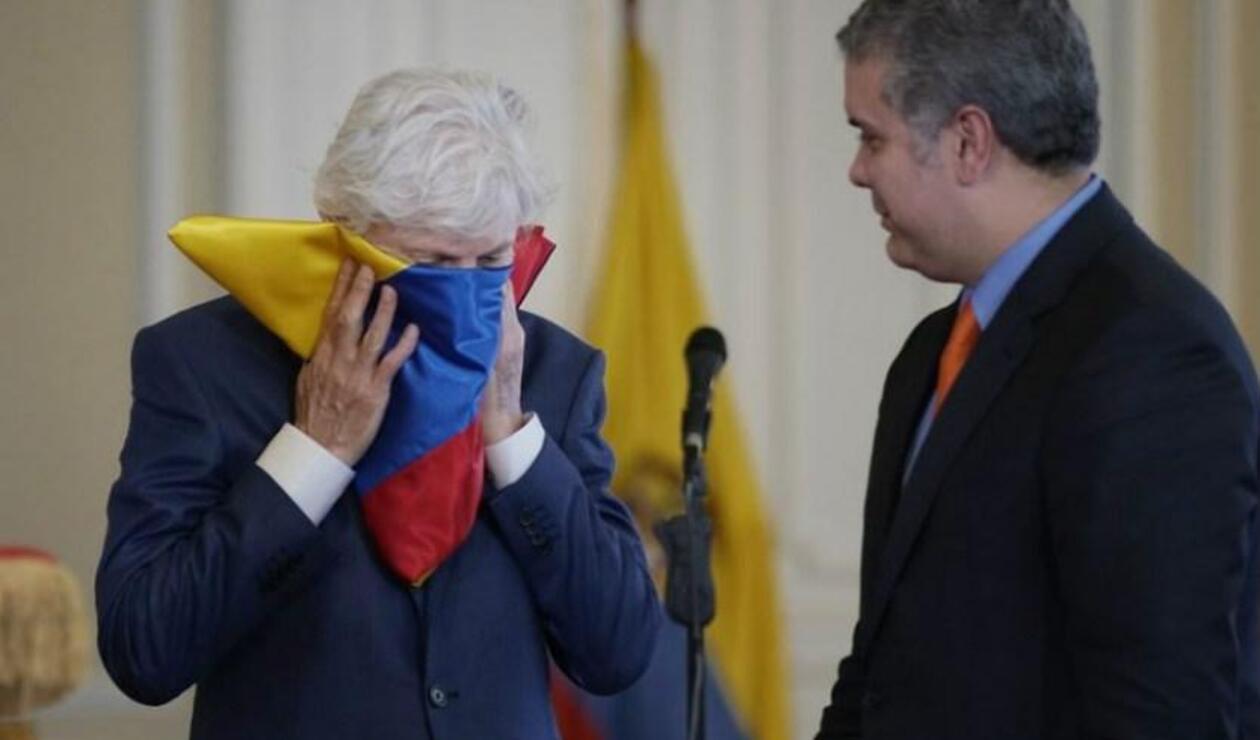 José Pékerman recibiendo el Pabellón Nacional de manos del presidente Iván Duque