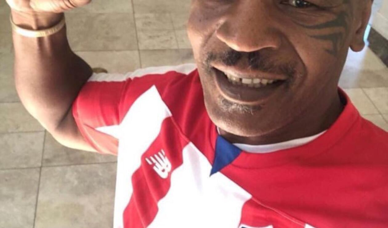 Myke Tyson posando con la camiseta del Junior