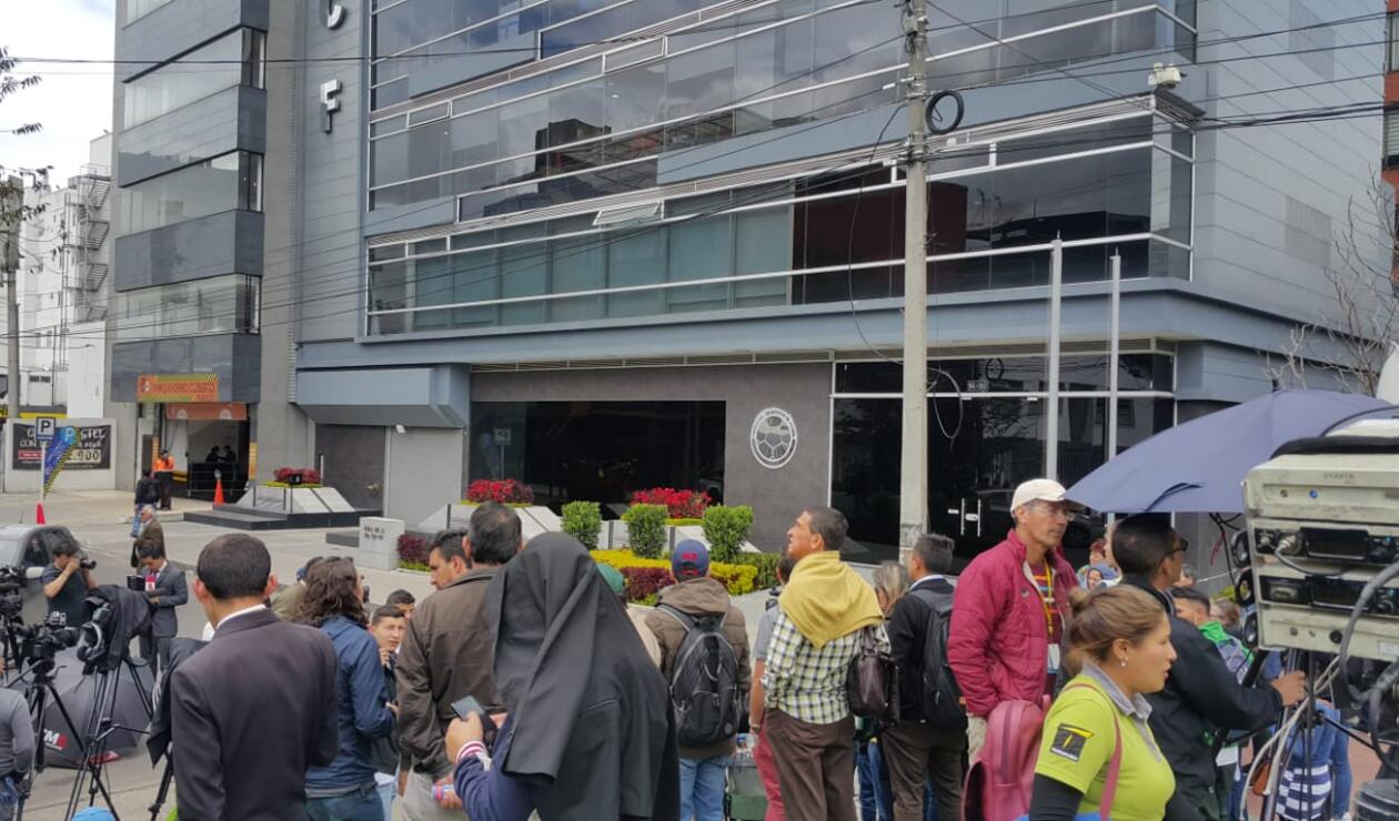 Así está el ambiente afuera de la sede de la Federación Colombiana de Fútbol
