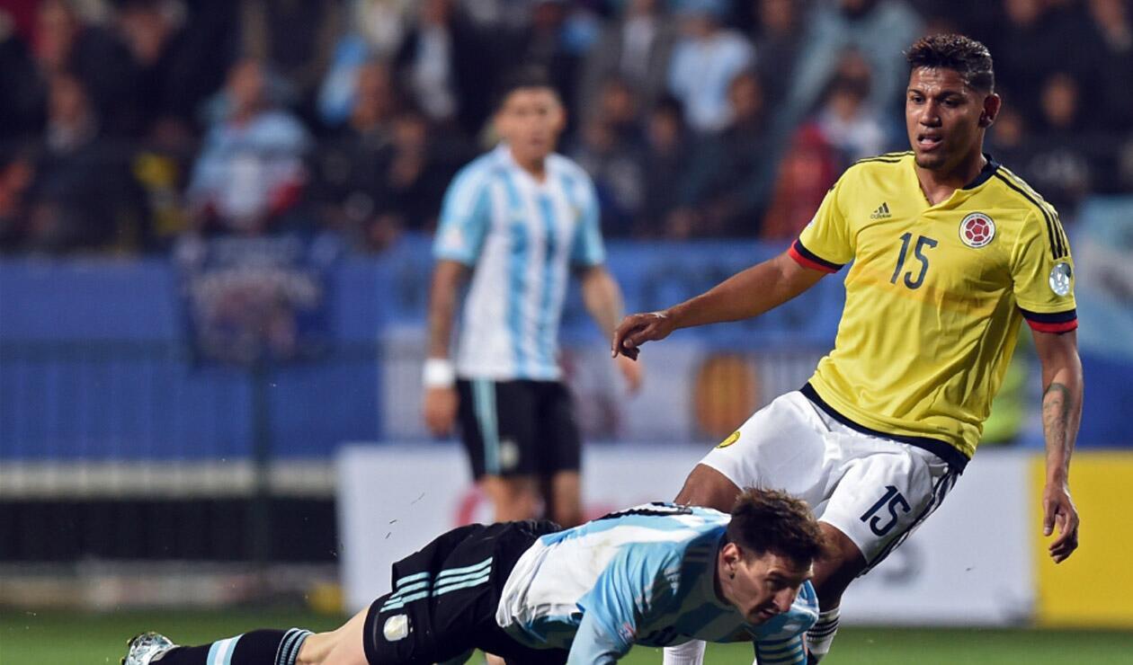 Alex Mejía jugando con la Selección Colombia