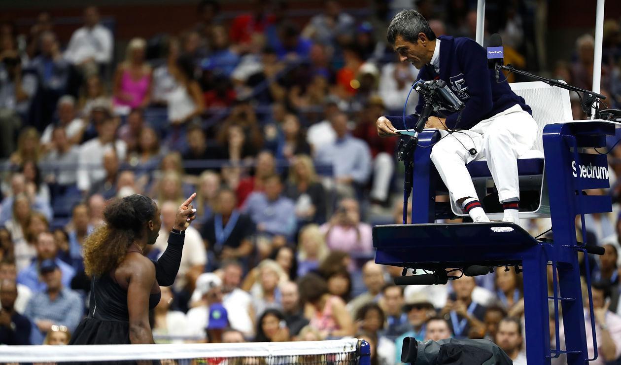 Serena Williams discute con Carlos Ramos, juez de silla del US Open 2018