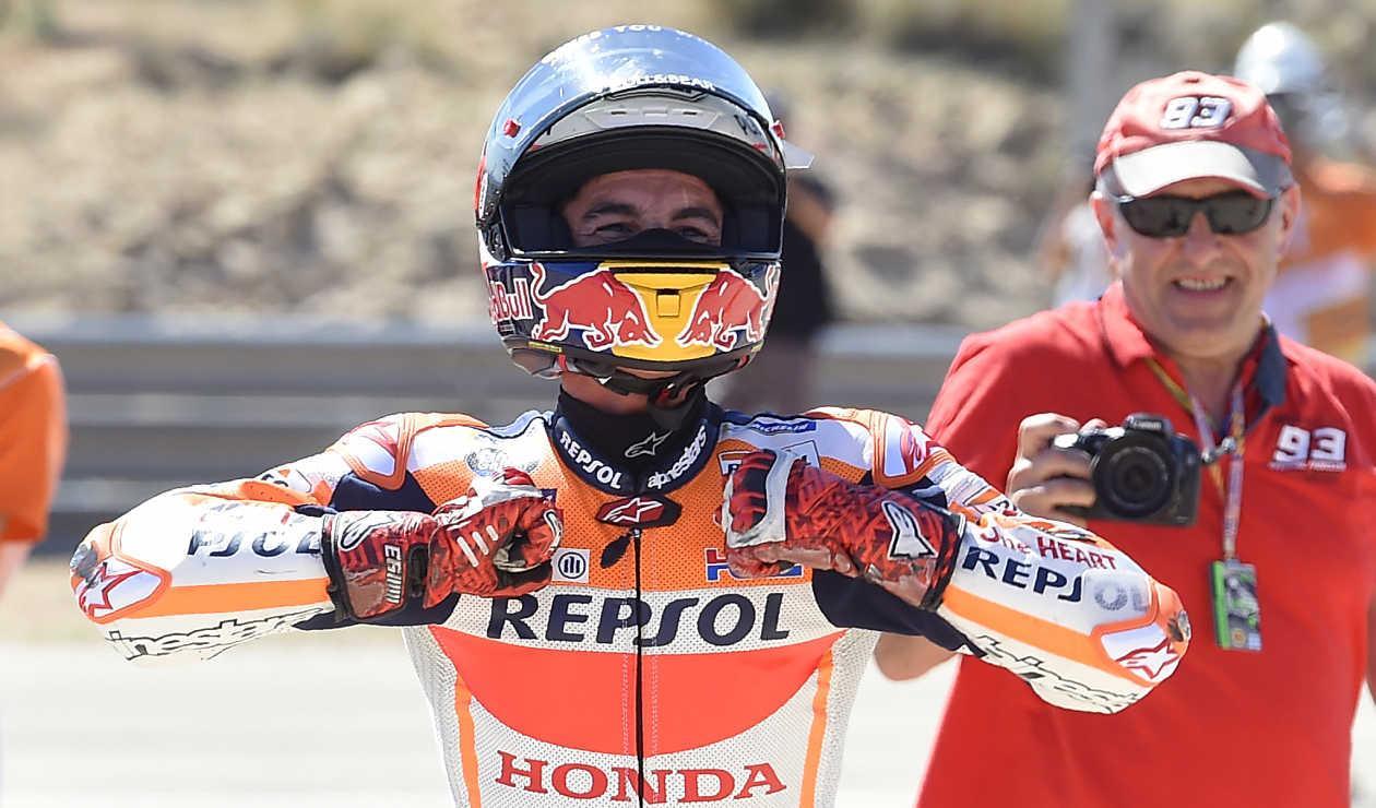 Marc Marquez celebra después de ganar la carrera de MotoGP del Moto Grand Prix de Aragón