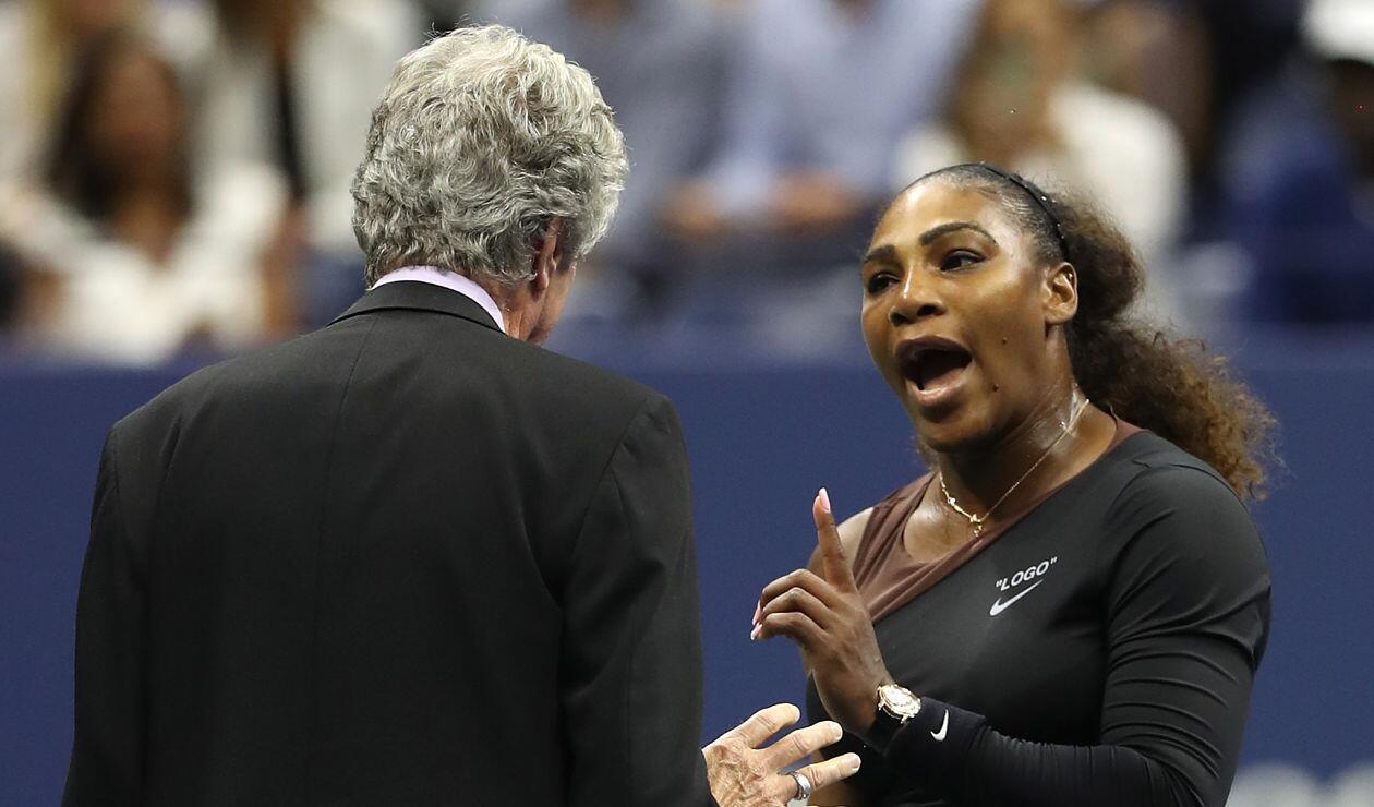 Serena Williams discute con uno de los comisarios de campo durante la final del Us Open 2018