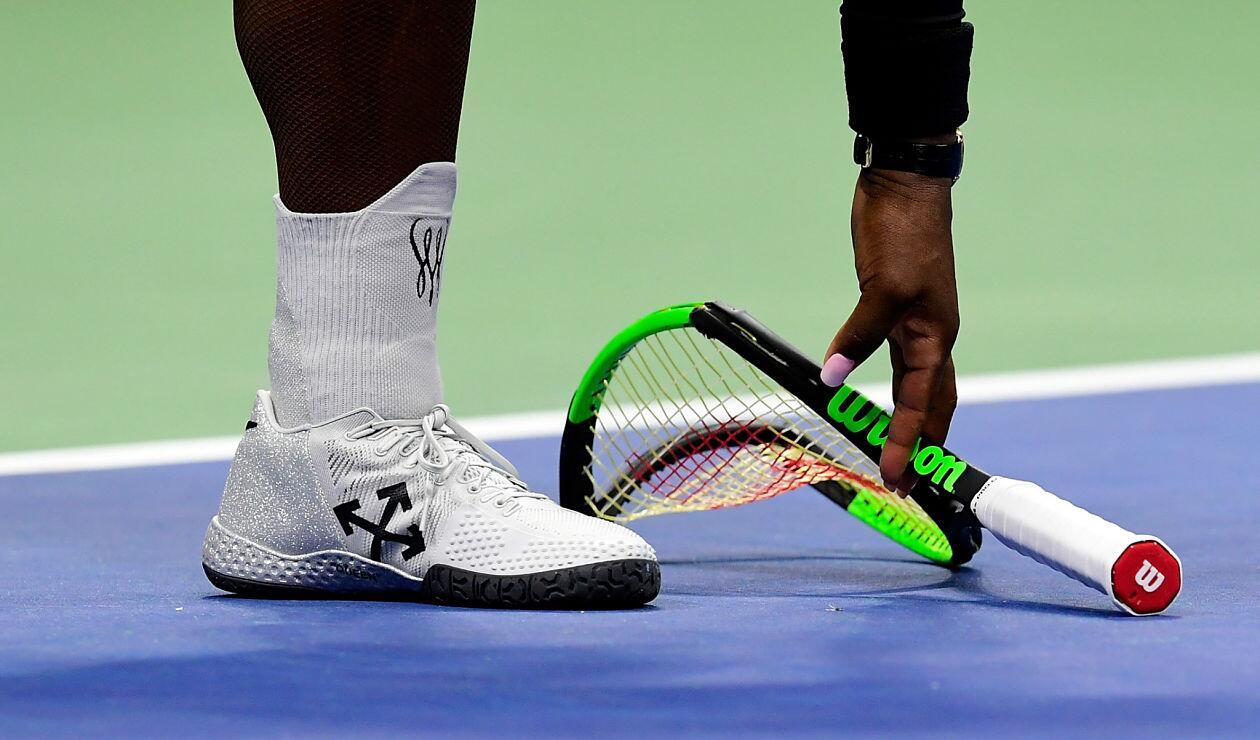 Serena Williams golpea la raqueta contra el suelo durante la final del US Open
