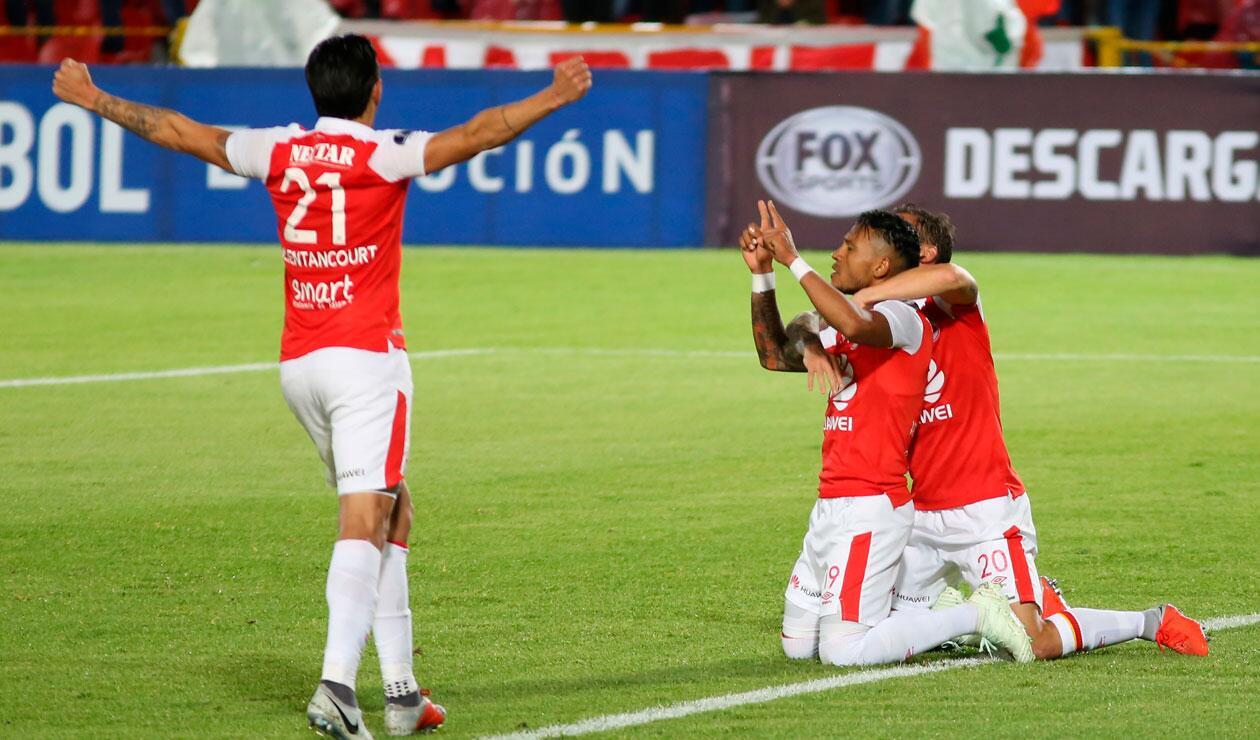 Los jugadores de Santa Fe celebran el gol que anotó Wilson Morelo ante el Cali