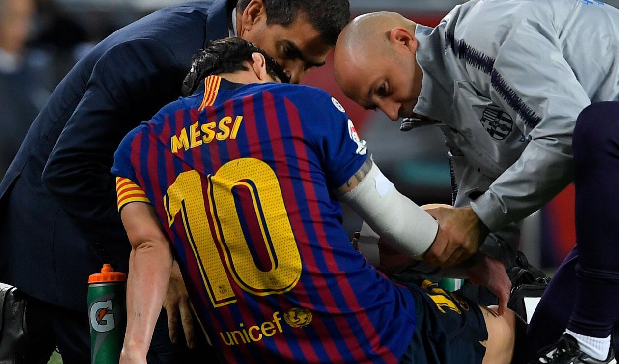 Lionel Messi se lamenta por la lesión sufrida en el partido del Barcelona Sevilla