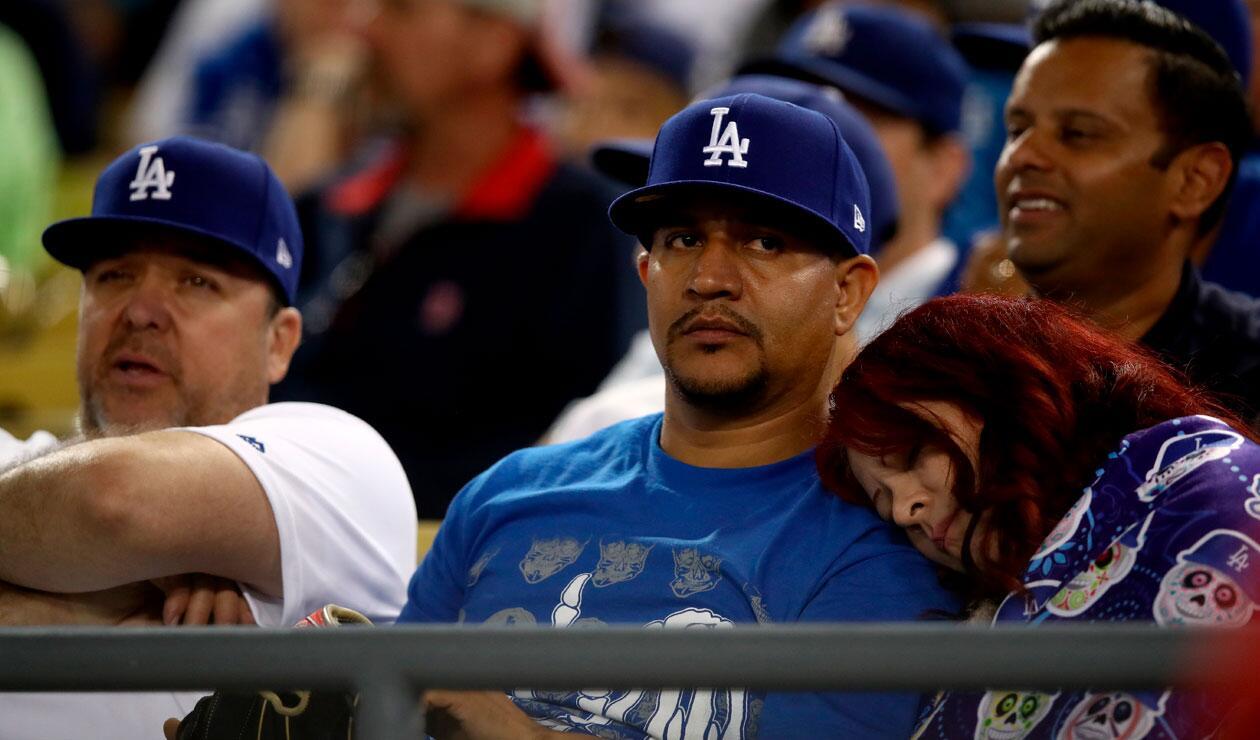 Aficionados de los Dodgers en el tercer partido ante Medias Rojas de Boston en la Serie Mundial