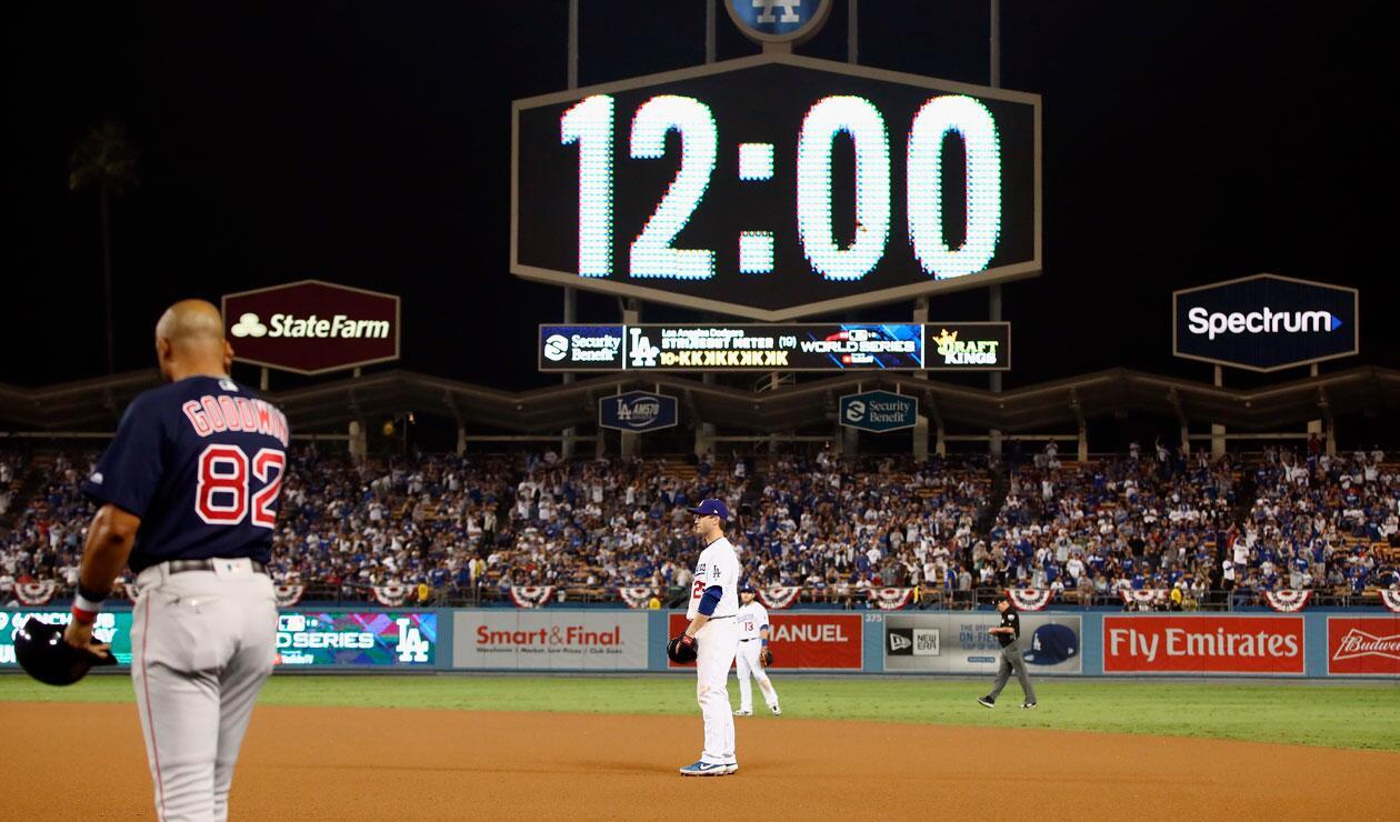 Momento en el que el partido entre Dodgers y Medias Rojas de Boston marcaba la media noche en Los Angeles