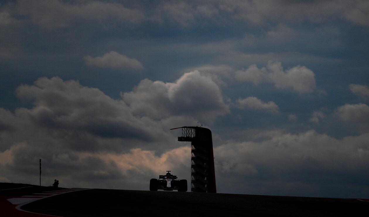 Lewis Hamilton de Gran Bretaña conduciendo el (44) Mercedes AMG Petronas F1 Team Mercedes WO9 durante la práctica para el Gran Premio de Fórmula Uno de Estados Unidos en el Circuito de las Américas