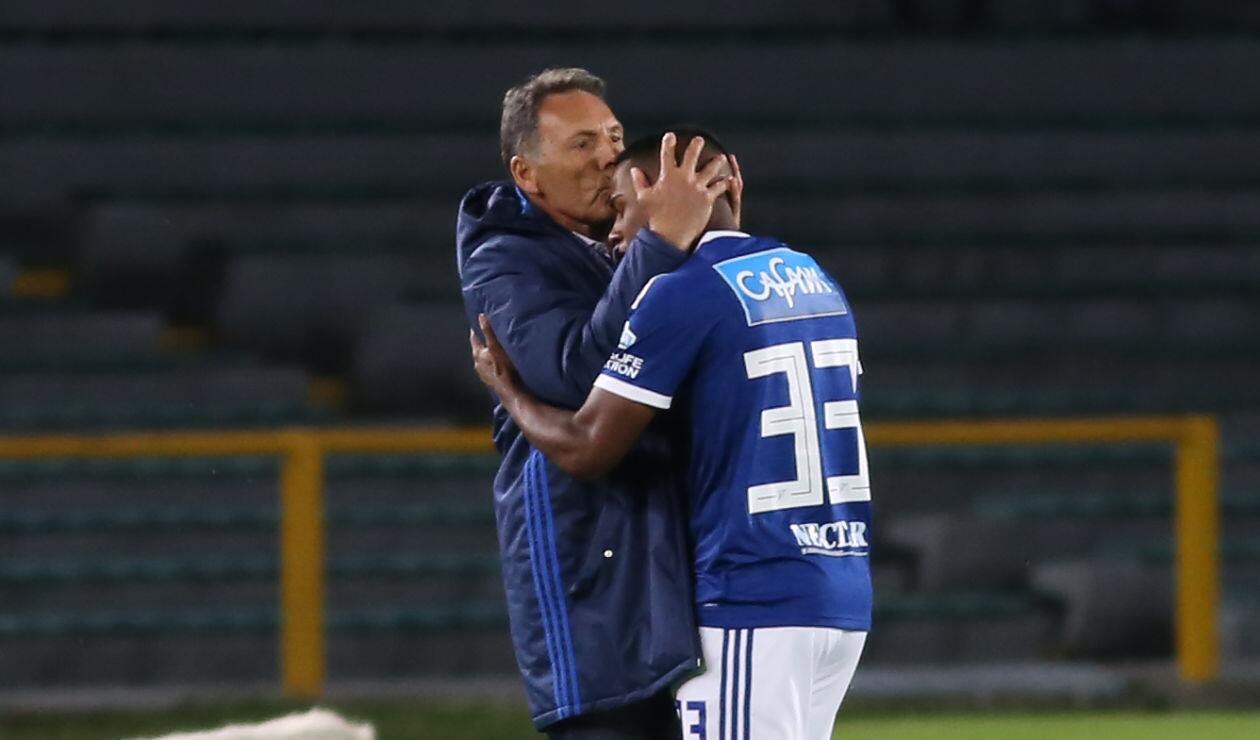 Juan Camilo Salazar celebra el gol de Millonarios con el técnico Miguel Ángel Russo