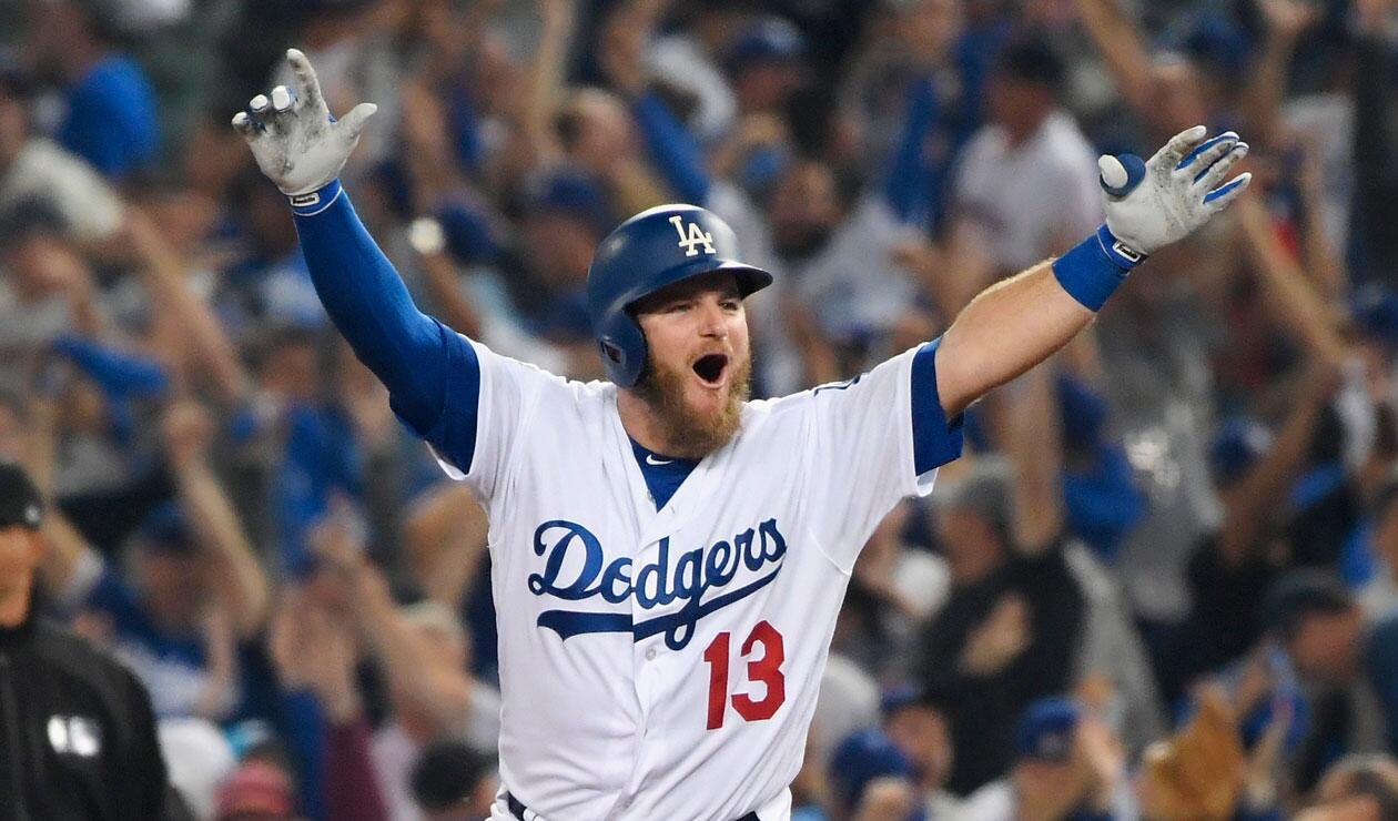 Max Muncy celebra el jonrón que le dio la victoria a los Dodgers ante los Medias Rojas de Boston