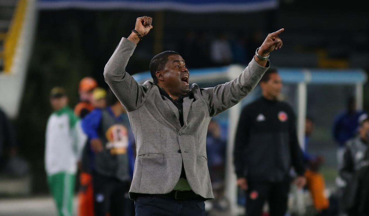 El técnico del Once Caldas, Hubert Bodhert, da indicaciones en el partido ante Millonarios