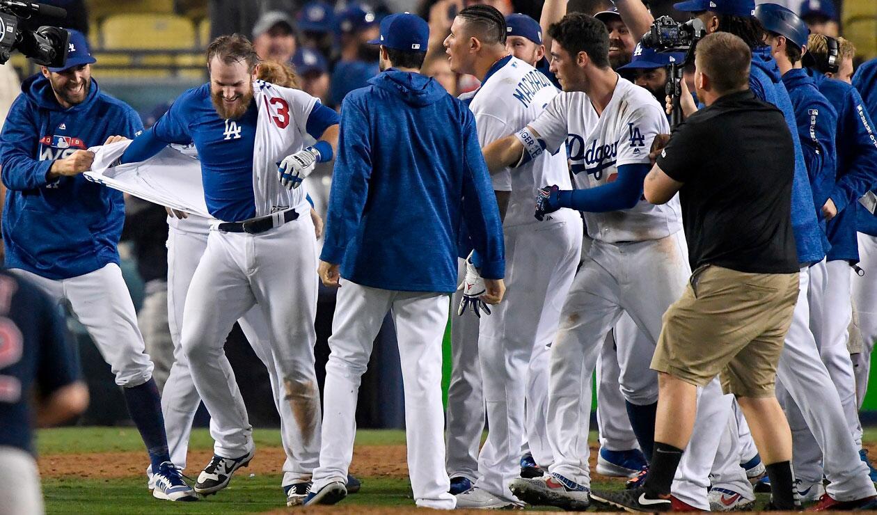 Los jugadores de los Dodgers de Los Angeles celebran la victoria ante los Medias Rojas de Boston