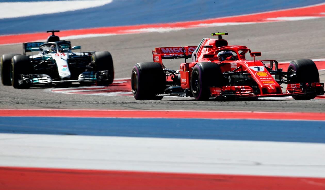 Kimi Raikkonen de Finlandia conduciendo el (7) Scuderia Ferraripor delante de Lewis Hamilton de Gran Bretaña conduciendo el (44) Mercedes AMG Petronas F1 Team Mercedes WO9 en la pista durante la Fórmula de los Estados Unidos