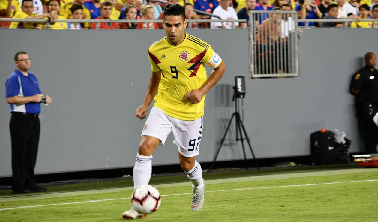 Falcao García controla el balón antes de anotar su gol ante Estados Unidos
