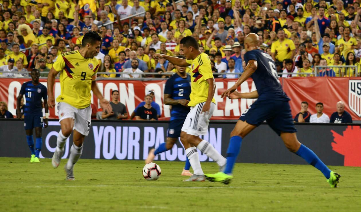 James Rodríguez eludiendo a un jugador de Estados Unidos