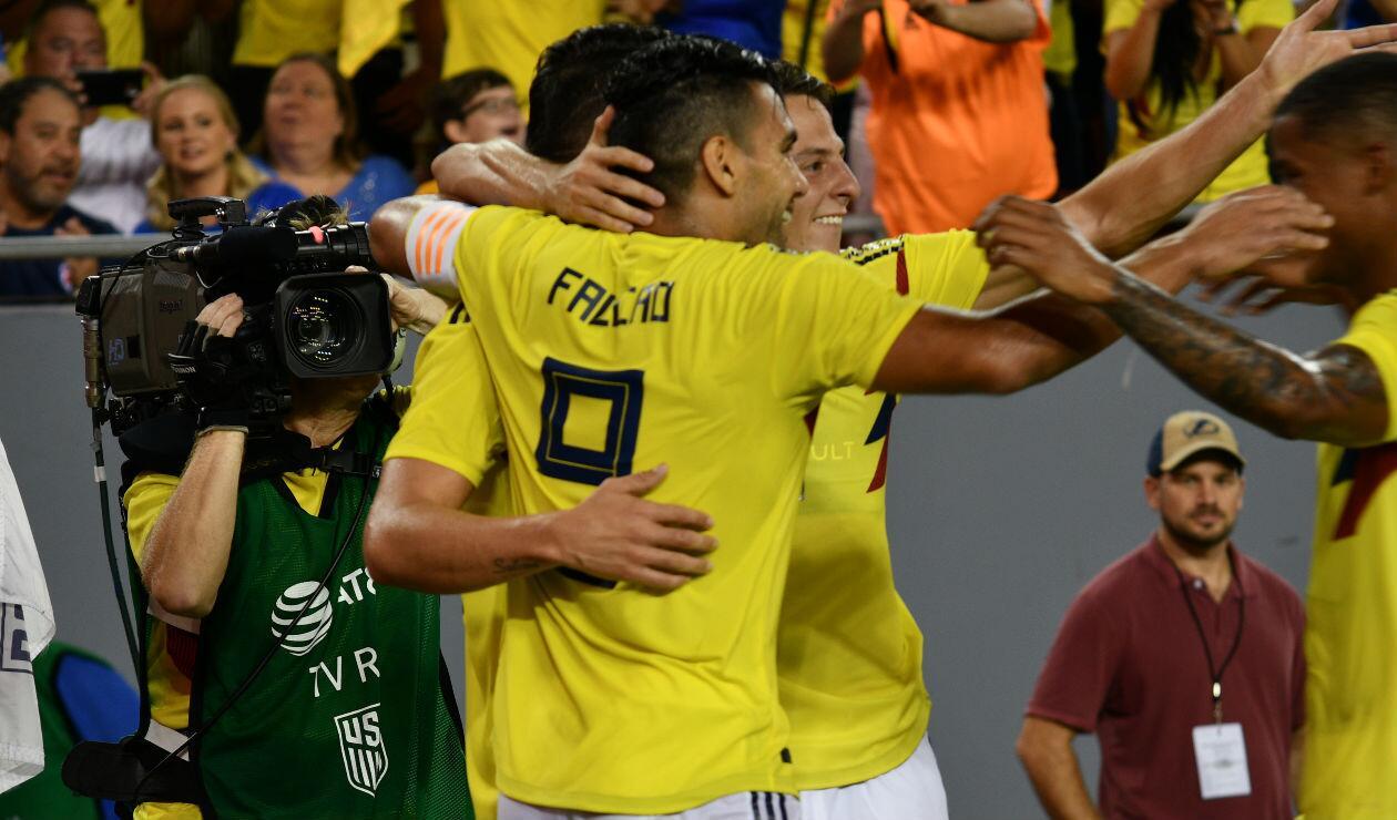 Los jugadores de Colombia celebran el gol de James Rodríguez ante Estados Unidos