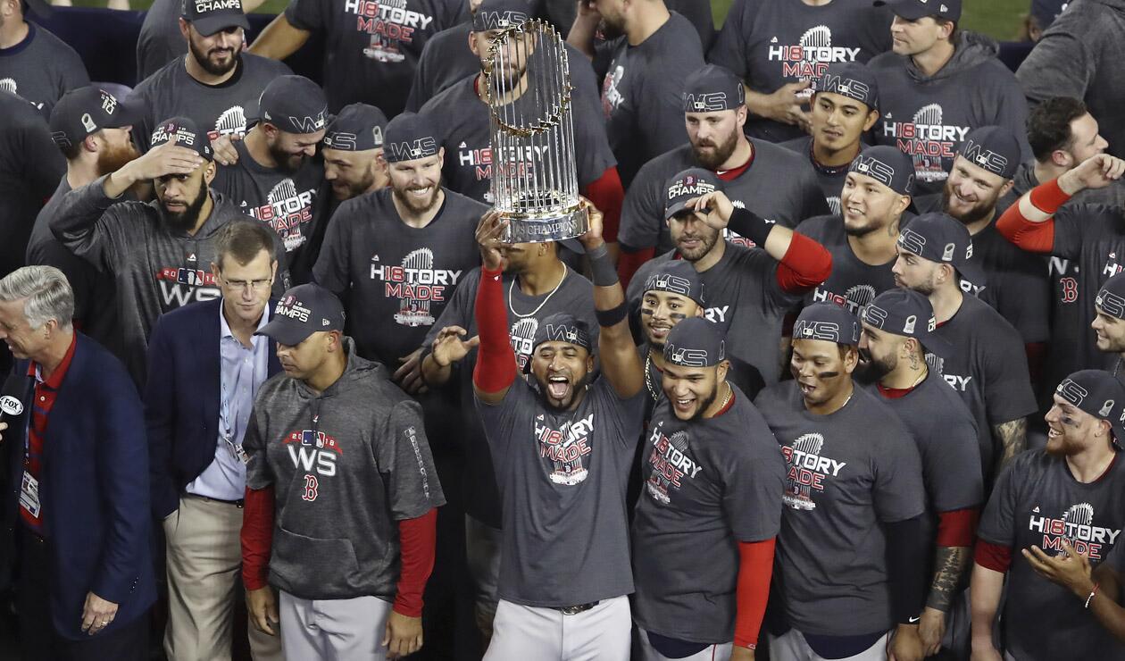 La celebración levantando el trofeo del título de la Serie Mundial