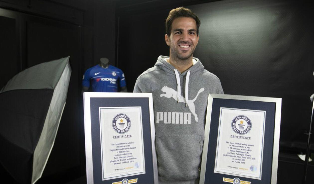 Cesc Fábregas posa con las placas de de su récord Guinness