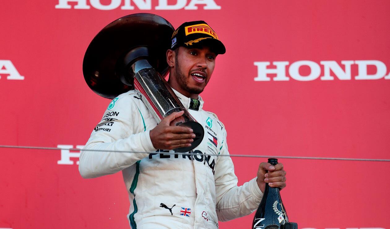 Lewis Hamilton con el trofeo de ganar en el Gran Premio de Fórmula 1 en Japón