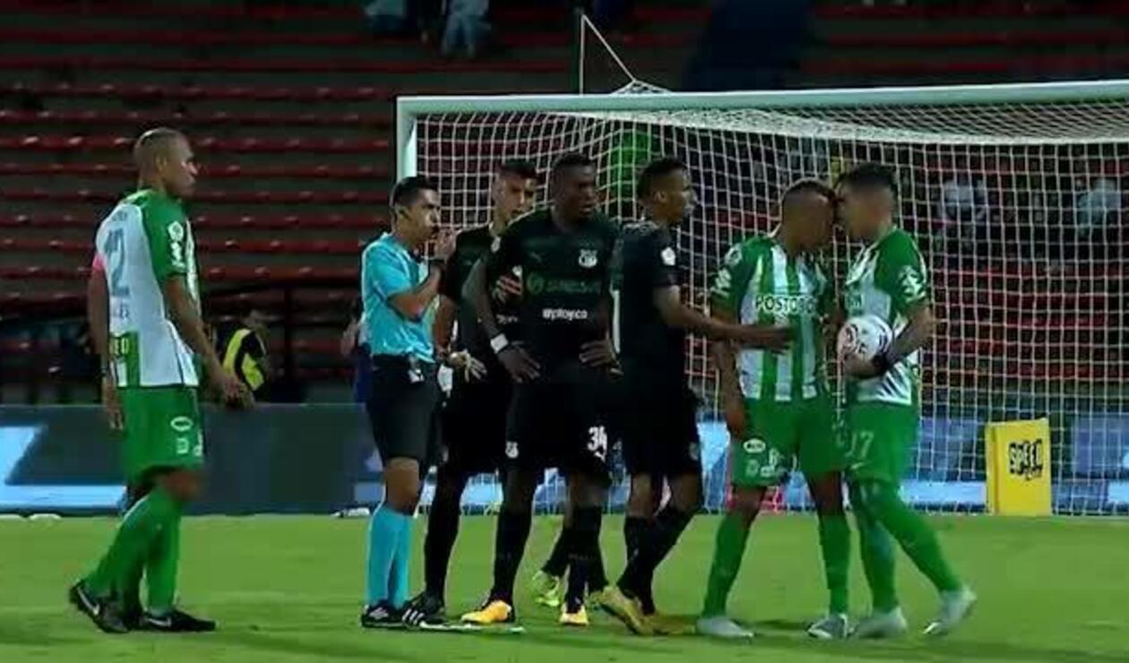 Momento del cabezazo de Lucumí a Dayro Moreno con Atlético Nacional