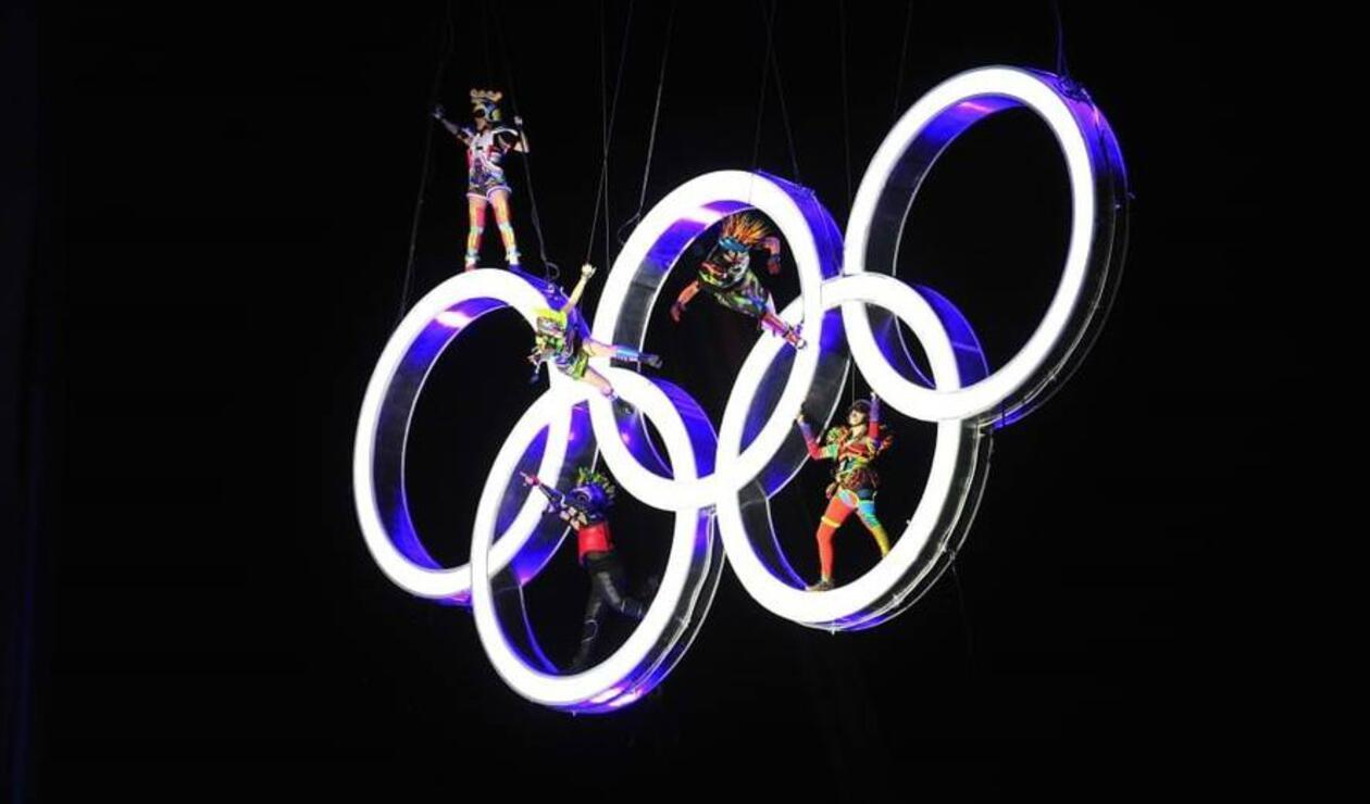 Los aros Olímpicos son elevados a media altura del Obelisco de Buenos Aires