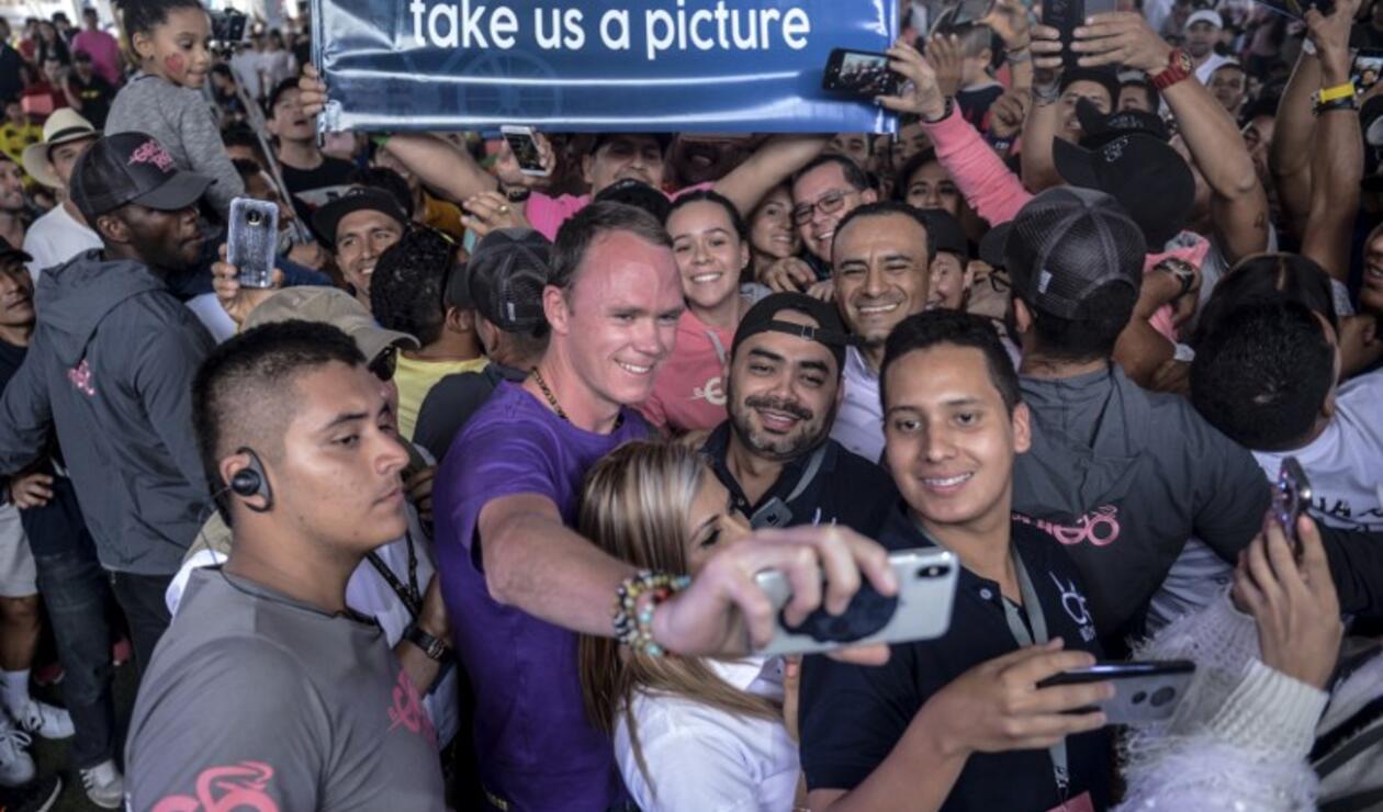 Chris Froome se toma fotos con sus fans en Guatapé, Colombia