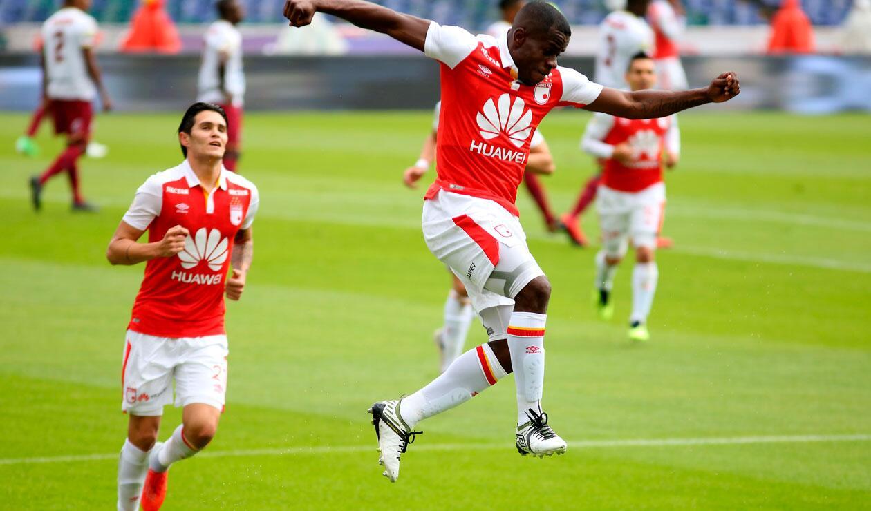 Carmelo Valencia celebrando el primer gol de Santa Fe ante Tolima
