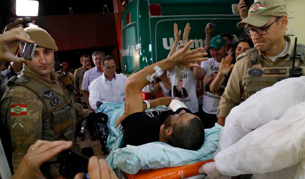 Alan Ruschel, atendido por los paramédicos a su arribo a Brasil