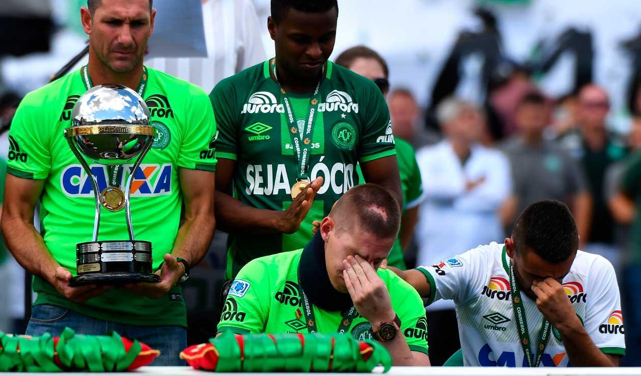 Hinchas homenajean a los sobrevivientes del Chapecoense durante un amistoso ante Palmeiras en enero de 2017