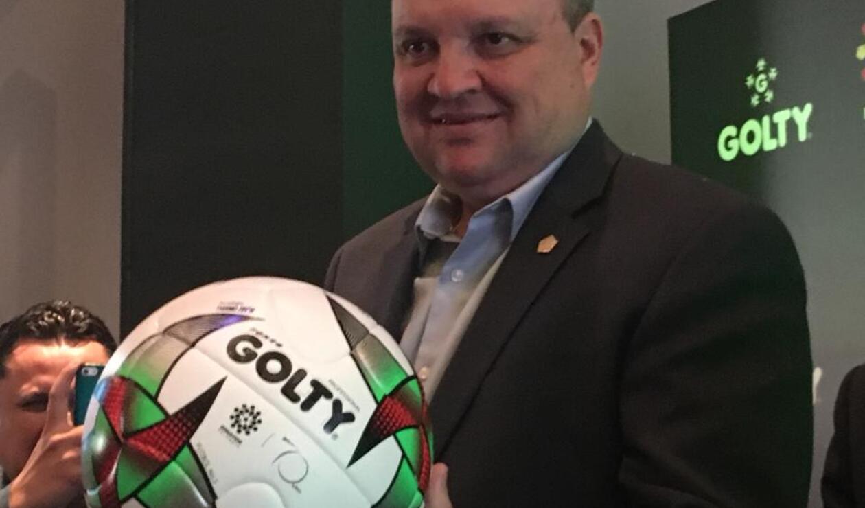 Jorge Enrique Vélez, presidente de la Dimayor, con el nuevo balón Golty para la Liga Águila 2019
