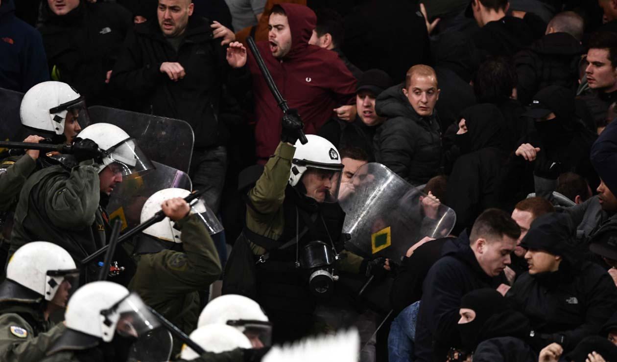 Enfrentamiento entre hinchas del Ajax y AEK deja tres policías y seis aficionados heridos