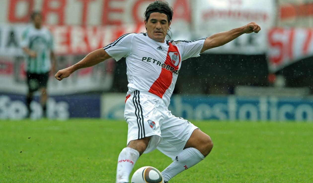 3.  Ariel Ortega. Su historia comenzó en 1991 de la mano de Daniel Passarella. Debutó a los 17 años y en su primer etapa alcanzó cuatro torneos locales y una Copa Libertadores en 1996.