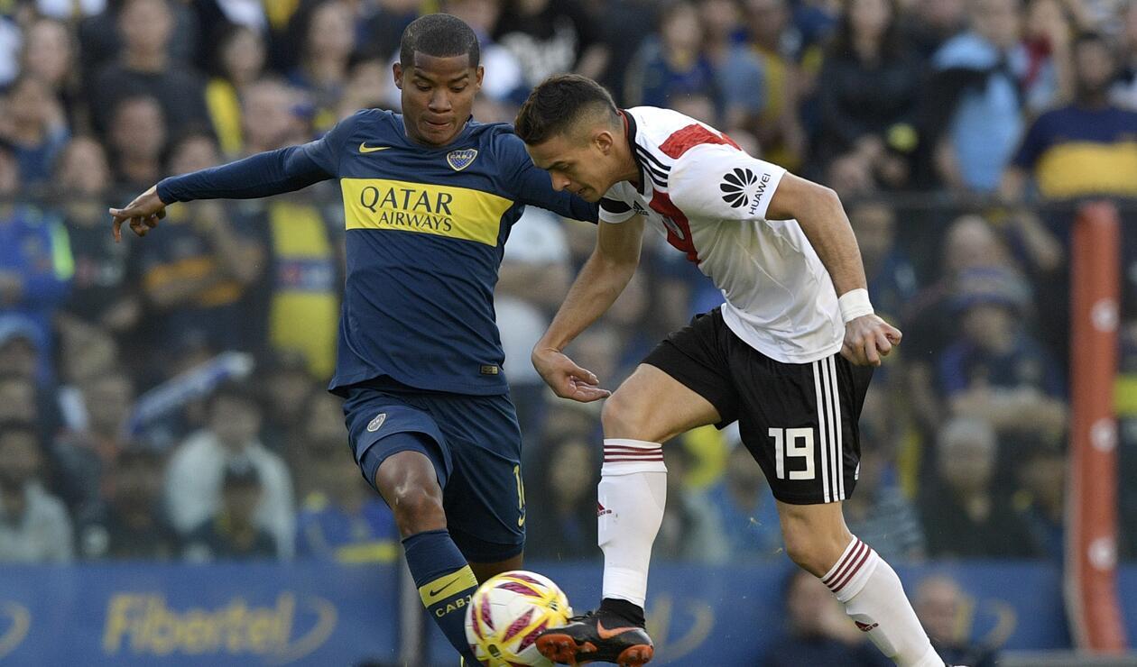 Wilmar Barrios, volante de marca de Boca Juniors, disputa un balón con Rafael Santos Borré