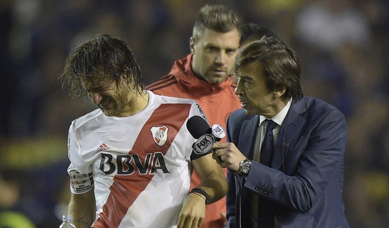 Leonardo Ponzio, jugador de River, sufriendo las consecuencias del gas pimienta