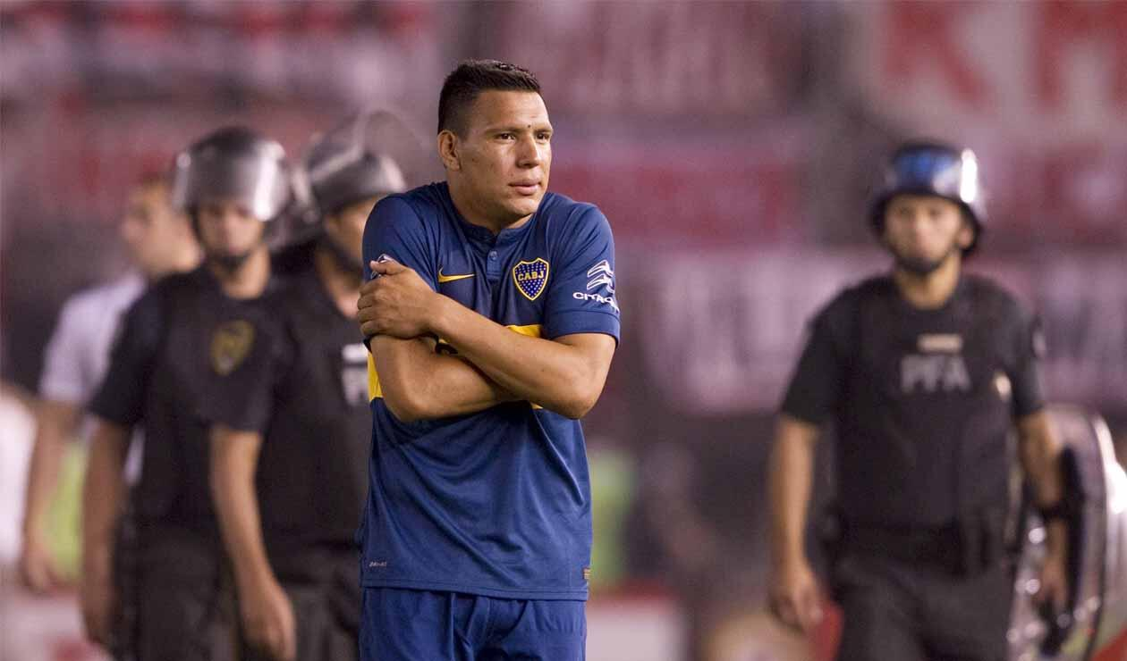 Andrés Chávez, jugador de Boca, provocando a la hinchada de River en la Sudamericana de 2014