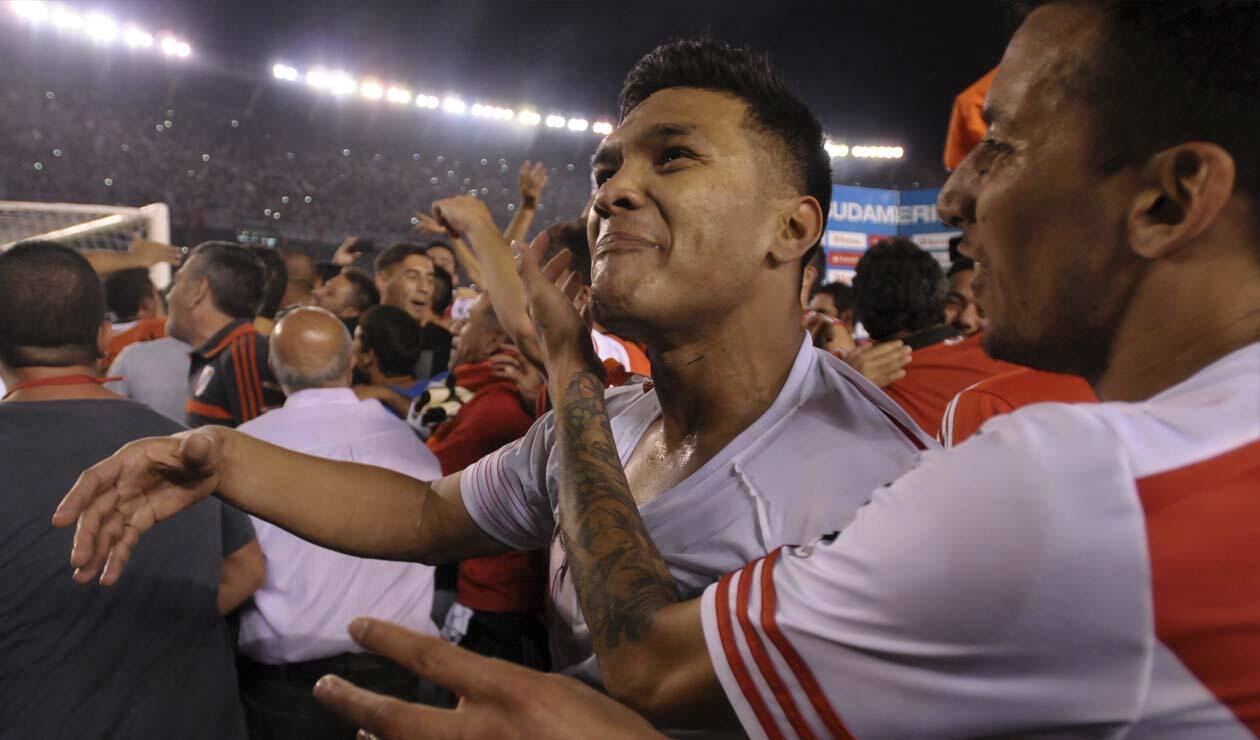 Teófilo Gutiérrez celebrando con los jugadores de River la clasificación a la final de la Sudamericana 2014