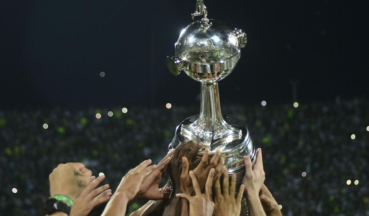 Trofeo de la Copa Libertadores que levantará Boca o River.