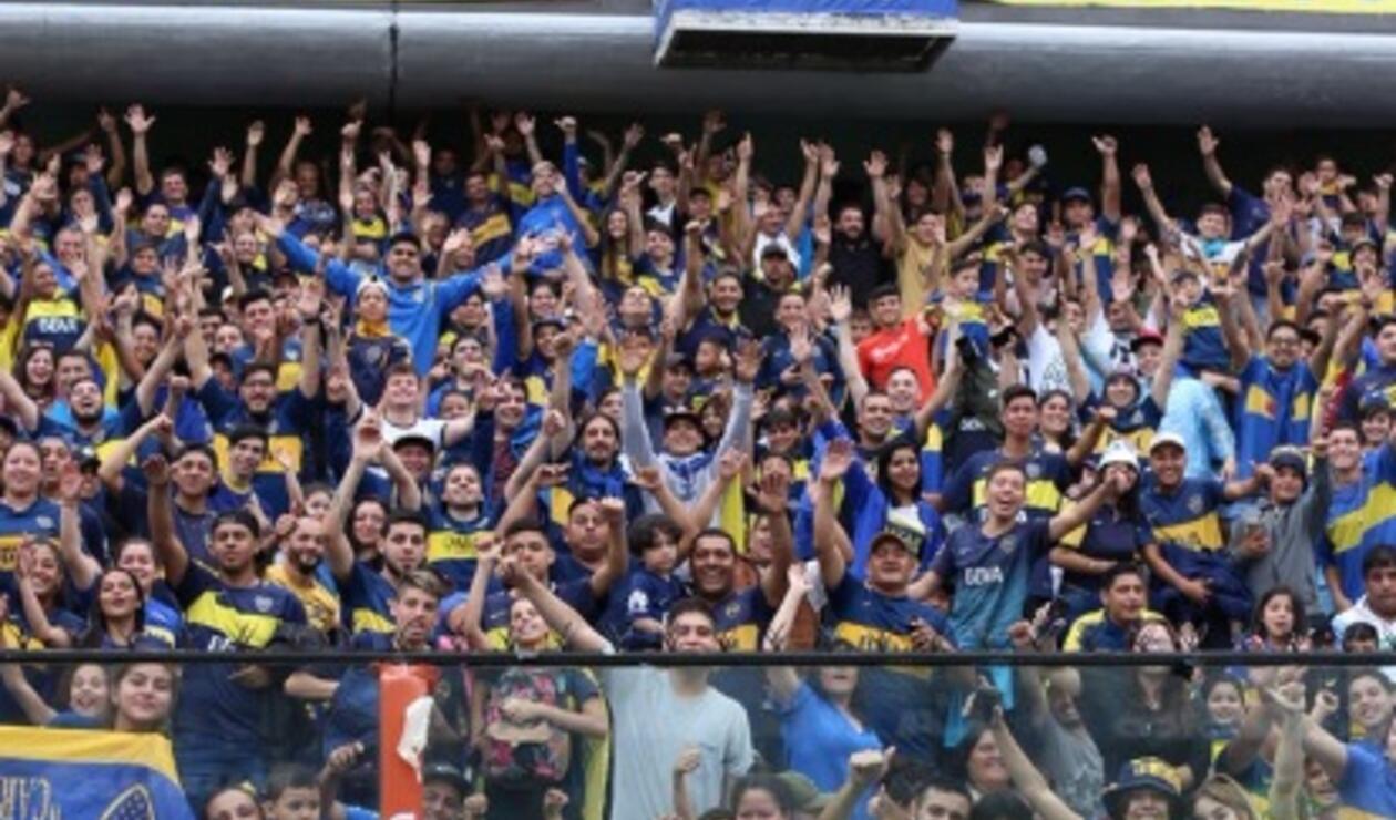 Cientos de aficionados se acercaron a ver a su equipo previo al partido contra River Plate.