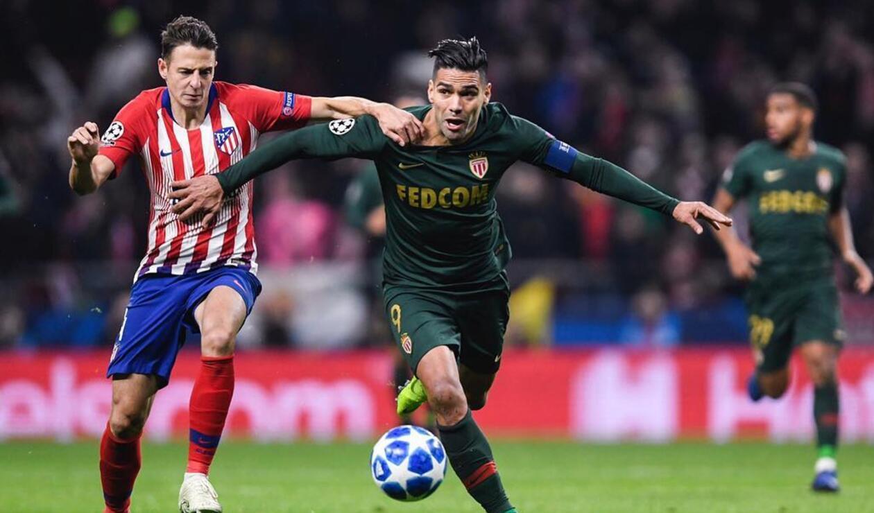 Falcao disputa un balón con Santiago Arias (Atlético Madrid vs Mónaco)