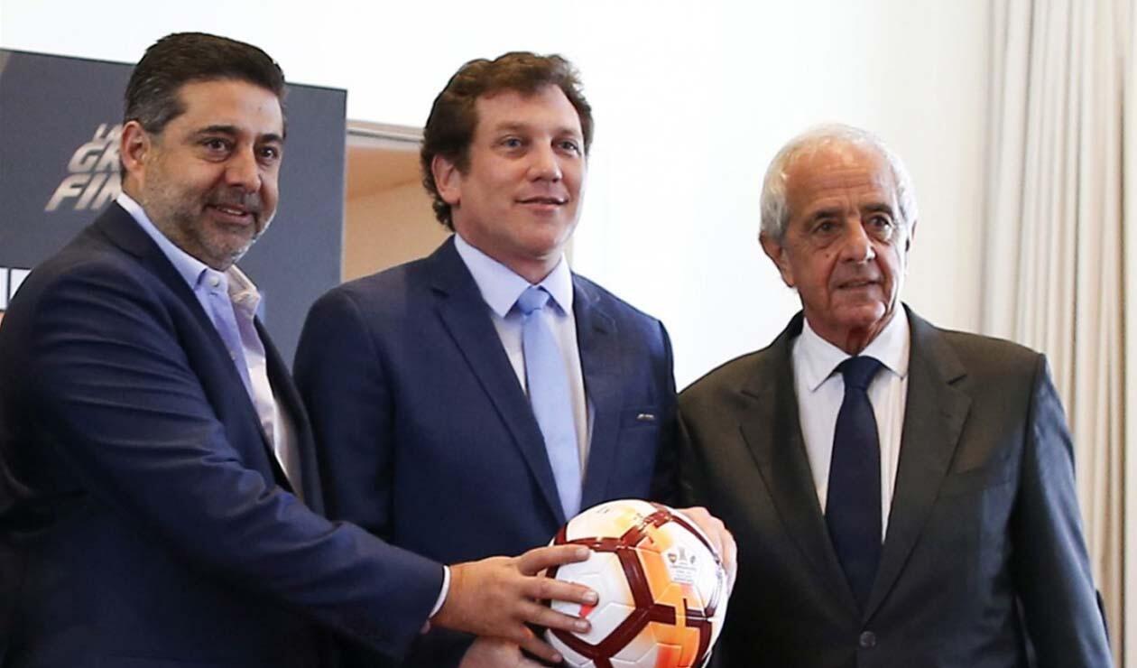 Daniel Angelici (Boca), Rodolfo D'Onofrio (River) y el paraguayo Alejandro Domínguez (Conmebol)