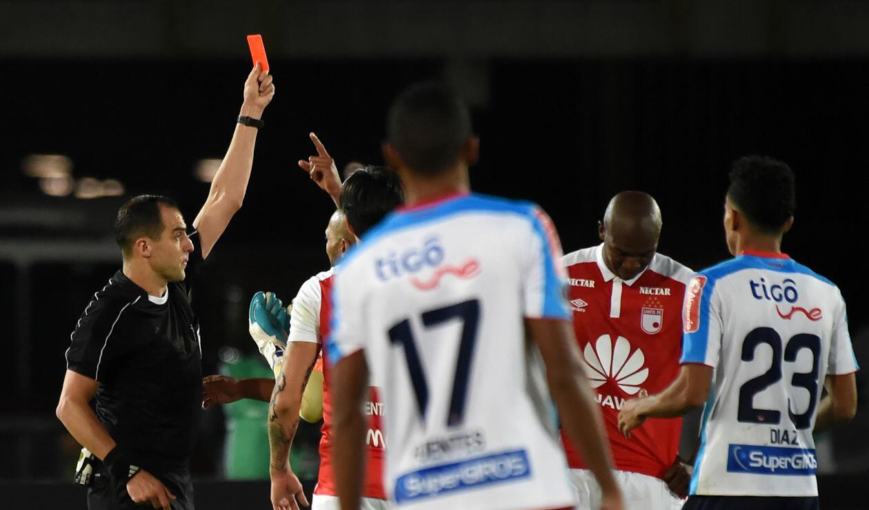 El momento en el que el árbitro expulsa a Javier López en el partido Santa Fe Vs Junior por Copa Sudamericana
