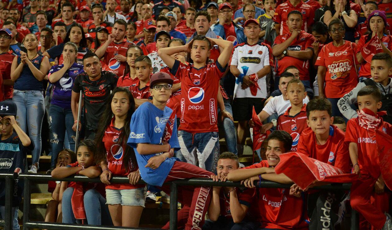 Los hinchas del Medellín, resignados ante la derrota del Medellín frente a Junior