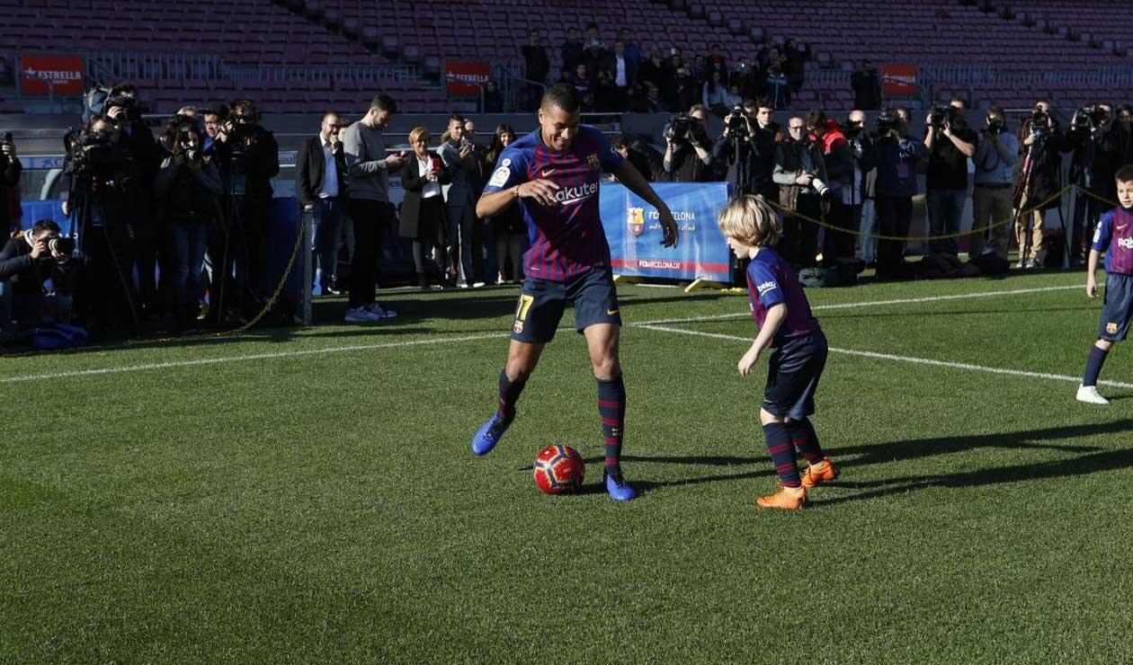 Jeison Murillo jugando con un niño en su presentación