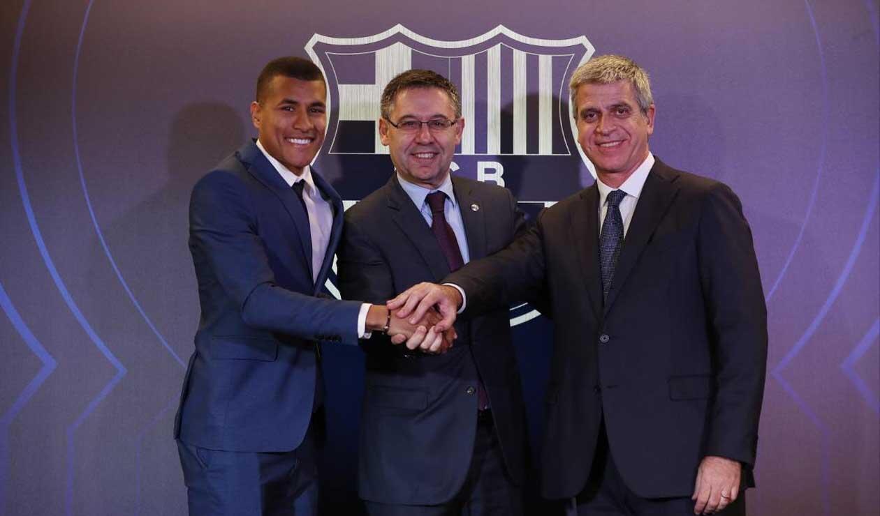 Jeison, junto a dirigentes del Barcelona tras firmar el contrato con el club 'culé'