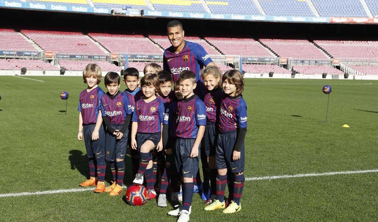Murillo posando con niños de la cantera del Barcelona en su presentación