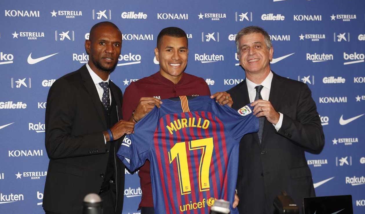 Jeison Murillo mostrando la que será su camiseta con el FC Barcelona