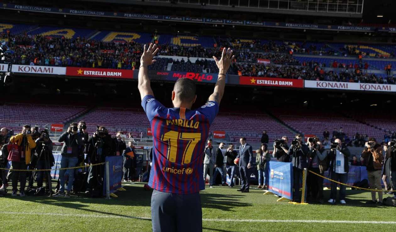 Murillo saludando a los colombianos e hinchas del Barcelona que estaban presentes