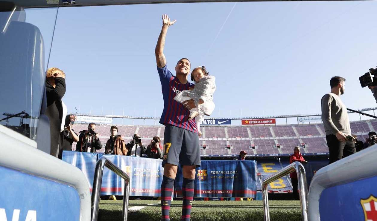 Murillo saludando a los hinchas y alzando a su bebé