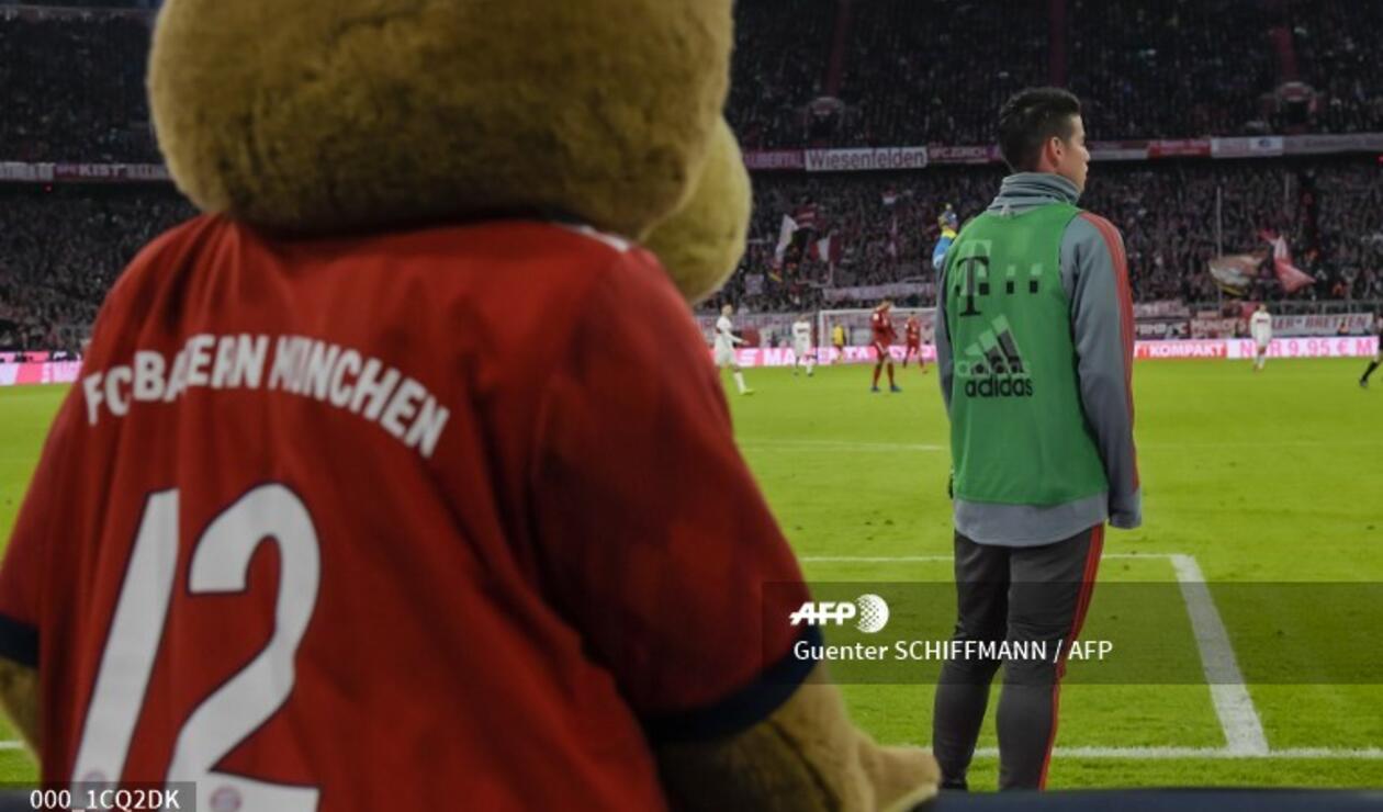 James Rodríguez ve un partido del Bayern con la mascota del equipo bávaro